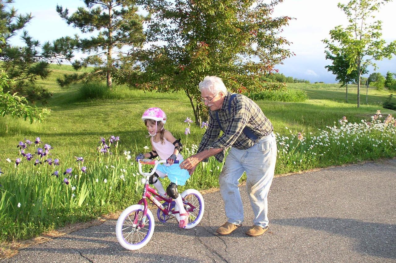 grand père à la retraite avec sa petite fille